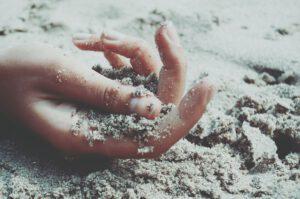 hand met zand erin